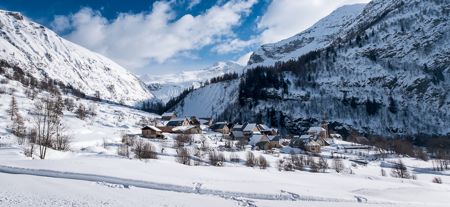 Ski tours or snowshoeing, the fabulous landscapes of winter in Hautes-Alpes offer you a memorable stay ...